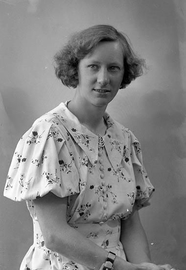"Enligt fotografens journal nr 6 1930-1943: ""Olsson, Astrid adr. Bengt Olsson Stenungsund""."