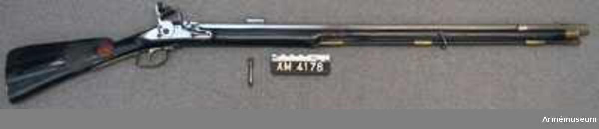 """Grupp E II.  Nominal kaliber 16 mm. Verklig kaliber 15,9 mm.   Pipan är åttkantig. Avsedd för sabelbajonett. Tjockleken är vid bakänden 3,2 cm, vid mynningen 2,4 cm. Loppet är snarast åttkantigt med de runda räfflorna anbringade i vinklarna mellan åttkantens sidor. Dylik räffling är mycket vanlig på svenska lodbössor.  Ett 2,4 cm långt mässingskorn är inlaxat i pipan 4,3 cm bakom mynningen. Laxfoten är 1,1 cm lång. Siktet är inlaxat omkring 15 cm framför pipans bakände. Det är av svensk lodbössemodell och består av en 1,8 cm lång järnränna, som sitter på laxfot. Avståndet mellan rännans väggar är 1,1 cm. mellan väggarna är den av en bit blyplåt bestående siktbalen inpassad. Hela siktet skyddas av en påskjuten, 3,9 cm lång järnhylsa,""""solsike"""".   Baktill på pipans översida finnes en kronstämpel. En 2 cm lång, smal, konisk, nedtill tillsluten holk sitter 13,5 cm bakom  mynningen på pipans högra sida. OBS.Räfflorna är raka!  Låset påminner mycket om 1791 års infanterigevärslås. Det har dock studel och eldskärm. Blecket är platt och nedsänkt i jämnhöjd med stockens yta. Pannskruven går inifrån, eldstålsfjäderns skruv utifrån. Fängpannan har arm.  Stocken är svart, enkel och av björk. På kolvens högra sida finnes skjutlolck försedd kolvlåda, på samma sida finnes Krigskollegiums sigill i rött lack och en fastlistrad, sköldformig pappersbit med påskrift: """"Studsare för Savolax fotjägare"""".  Beslagen är av mässding. bakplåten har bred, i tre kanter fasetterad flik, som skjuter in över kolvryggen. Två små, med låga, avrundade huvud försedda skruver fasthålla bakplåten. Varbyeln är baktill böjd i vinkel. Dess korta främre arm fasthålles av den nedifrån gående korsskruven. Den bakare varbygelarmen är fäst med en skruv.  Sidblecket är vinkelformigt, som på m/1791. De tre rörkorna är litet kupiga, släta och har förstärkt bak- och framkant. Den bakre, tresidiga rembygeln går genom ett hål i varbyelns främre arm bakom korsskruven. På en vid kolvhalsen fäst papperbit står """"No. 26. Mod"""
