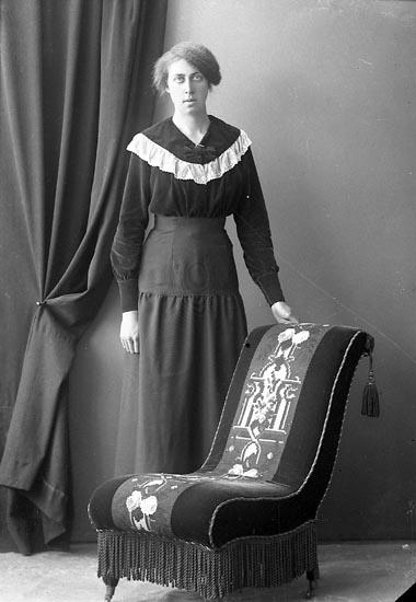 """Enligt fotografens journal nr 4 1918-1922: """"Olsson, Ellen Fjällebro, Hjälteby""""."""