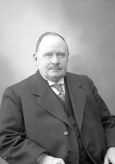 """Enligt fotografens journal nr 6 1930-1943: """"Lindqvist, Herr (Bagare) Här""""."""