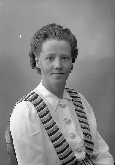"""Enligt fotografens journal nr 6 1930-1943: """"Andersson, Fr. Märta Måröd, Stenungsund""""."""