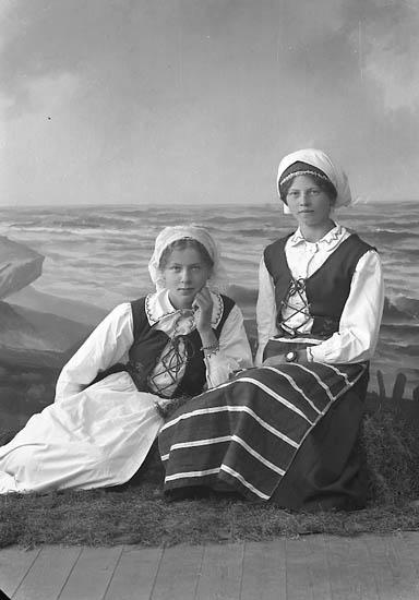 """Enligt fotografens journal nr 3 1916-1917: """"Olsson, Ida Sörby Hjälteby nationaldräkt""""."""