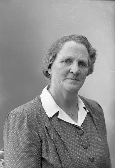"""Enligt fotografens journal nr 7 1944-1950: """"Larsson, Fru Augusta Stenungsund""""."""