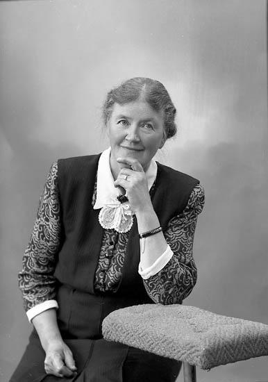 """Enligt fotografens journal nr 7 1944-1950: """"Enander, Fru Agnes Gottskär""""."""