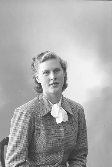 "Enligt fotografens journal nr 7 1944-1950: ""Morén, Fru Birgit Stenungsund""."