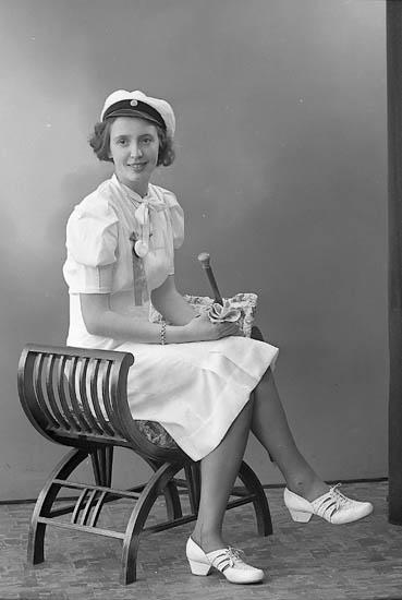"Enligt fotografens journal nr 6 1930-1943: ""Amundsson, Fr. Elsa S. Houg Här""."