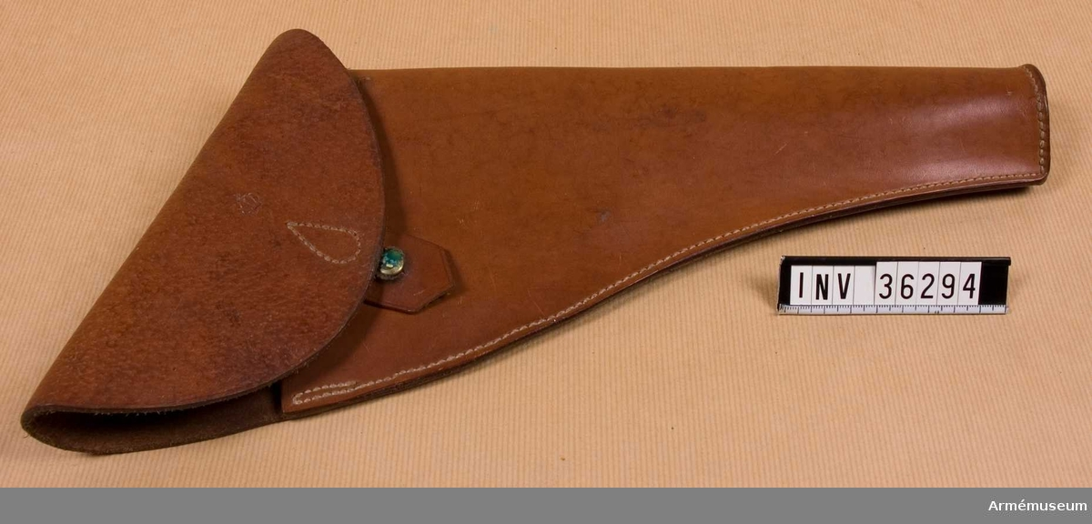 Grupp E III i.   kal. 25 mm.  Samhörande nr AM.036293-AM.036295, pistol, hölster, patronväska.