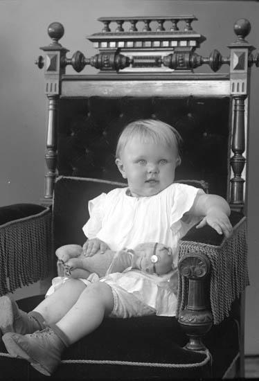 """Enligt fotografens journal nr 6 1930-1943: """"Johansson, Fru Edit Rönnäng""""."""