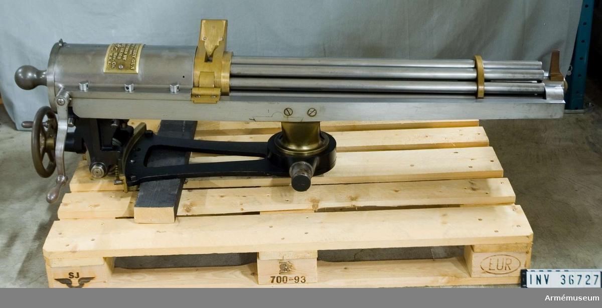 Grupp E IV a.  Tiopipig kulspruta, USA. Av amerikanske vapenfabrikanten Gatlings konstruktion patent 1865, med lavett samt där framför stående låda, fylld med patronmagasin. Användes i Sverige vid skjutningsförsök 1868-69. Bekräftat i AfAd skriv 11/2 1880.  Samhörande nr är 26727-8, kulspruta, lavett, 45425 låda med  magasin och verktyg.
