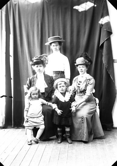 """Enligt fotografens journal nr 2 1909-1915: """"Hansson, Fru Hellebäck""""."""