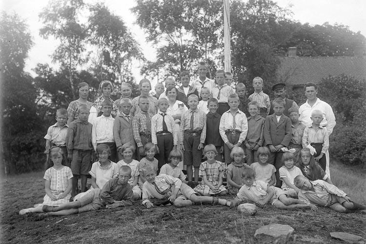 """Enligt fotografens journal nr 5 1923-1929; """"Barnkolonien i Uppegård"""". Enligt fotografens notering: """"Barnkolonien Uppegård, magister Tillman""""."""