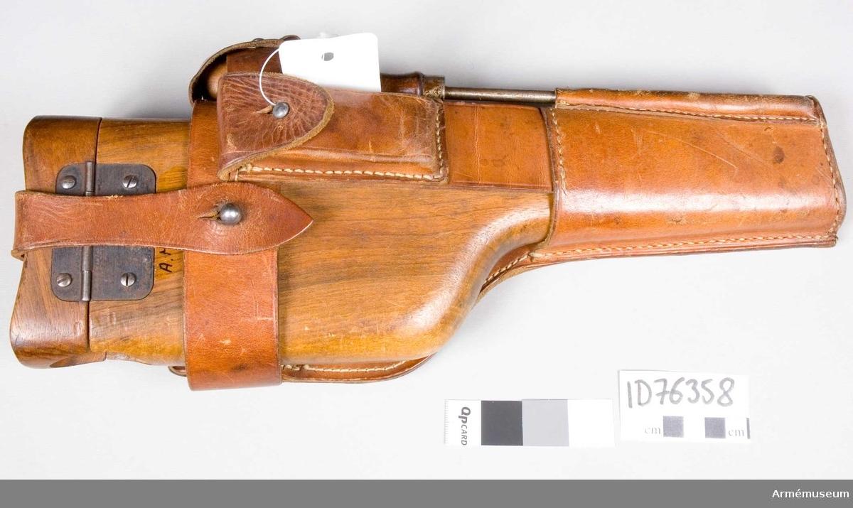 Grupp E III. Hölster/löskolv till 8,8 mm automatpistol. Hölster av trä som även går att använda som löskolv.