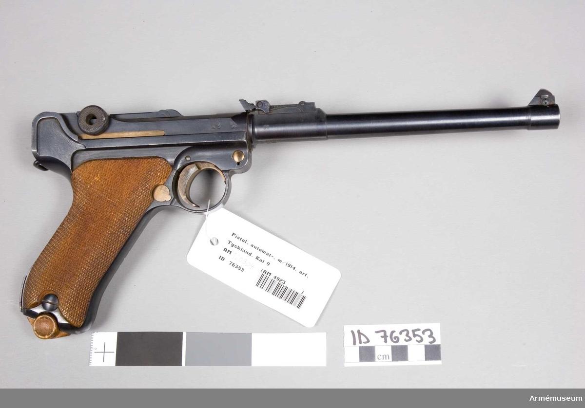 Grupp E III.  Till denna pistol kan även användas ett 32-skotts trummagasin. Pistolen övensstämmer med pistol m/1908 med undantag av undantag av att pipan är 19,8 cm lång. Pistolen har kurvsikte graderat upp till 800 meter. Tillverkad i Tyskland.  Samhörande nr 42096-7, pistol, hölster.
