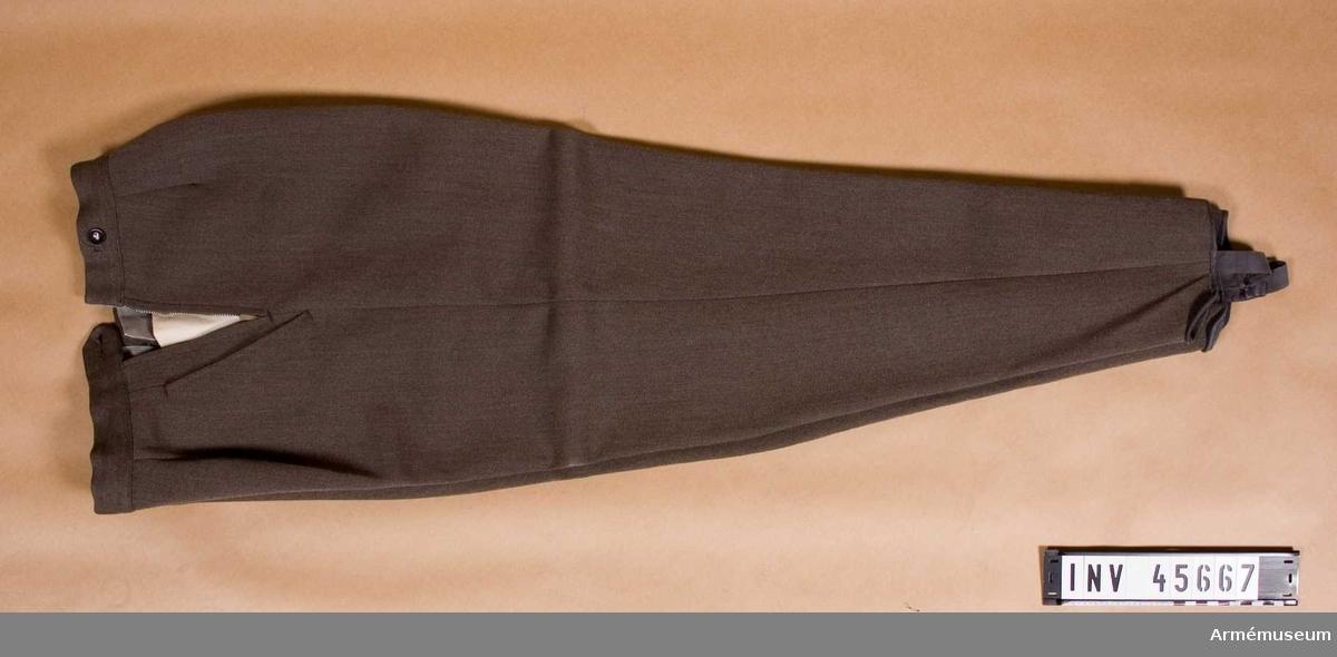 Grupp C I.  Ur tjänstedräkt m/1942 för kvinnliga bilkåren.  Består av jacka,  kjol, fältbyxor, fältmössa, barett, två blusar, två slipsar, manschettknappar, handskar. Uniformen är av den typ som användes i landsorten.  Stockholms bilkårister hade en mera blågrå uniform med längre jacka och påsydda fickor.   Samhörande nummer är AM.045665-75, tjänstedräktspersedlar.