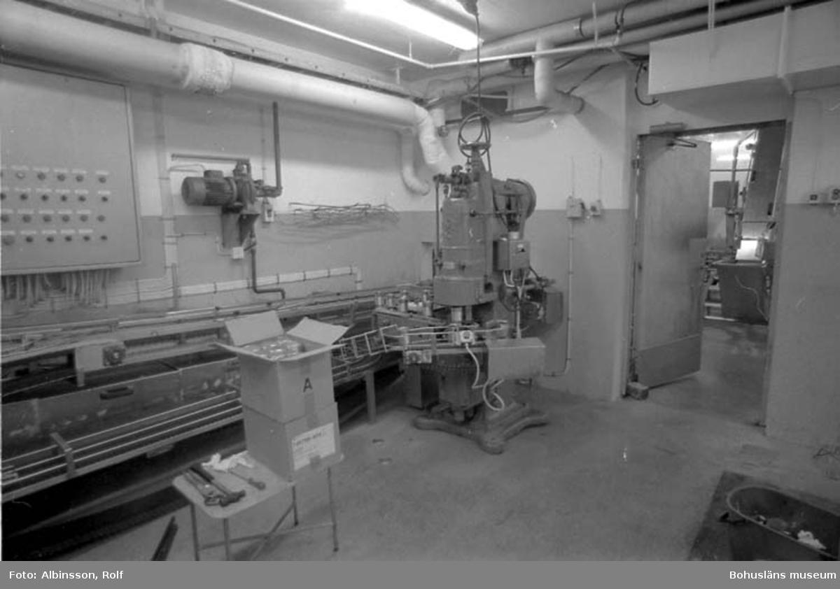 """Enligt fotografens noteringar: """"Hummersoppeburkar i falsmaskinen."""" Fototid: 1995-11-16."""