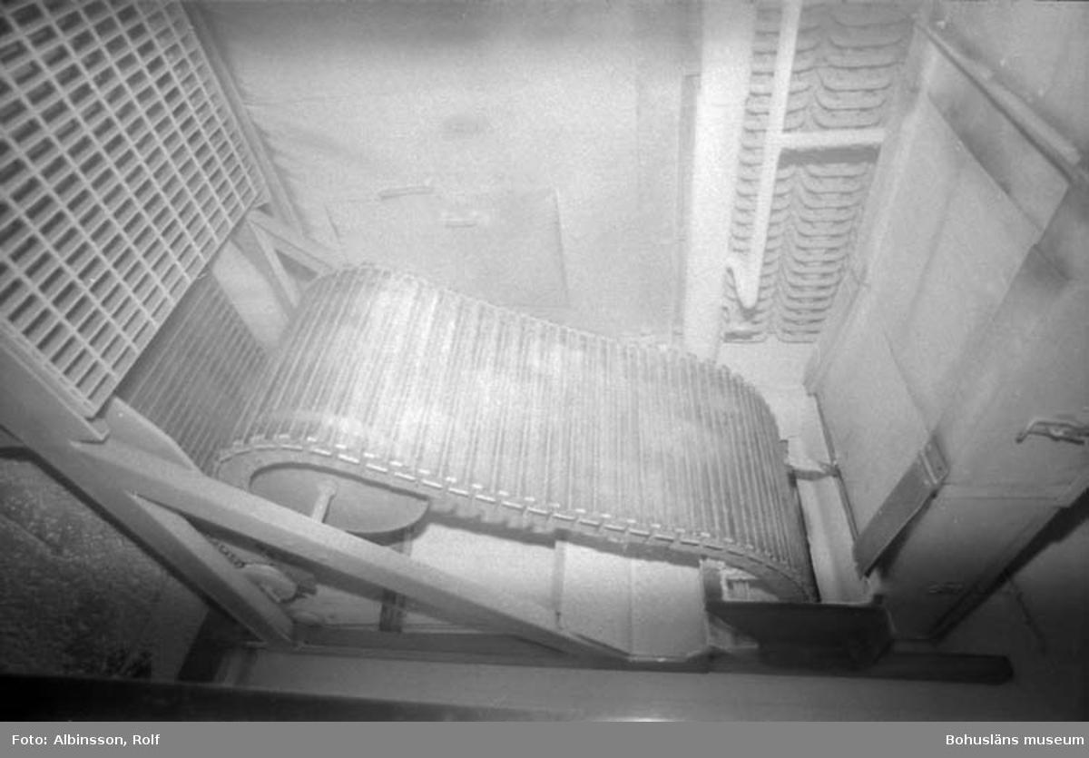"""Enligt fotografens noteringar: """"Här gjorde jag en avstickare till en utav Festabs gyrofrysar. Jag stack in kameran med blixt och vidvinkel, det var kallt."""" Fototid: 1996-01-19."""