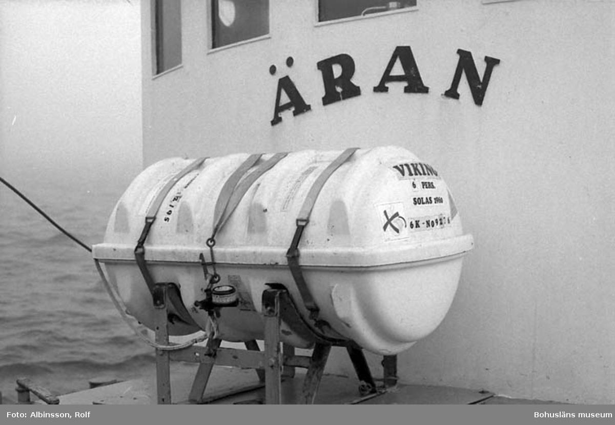 """Enligt fotografens noteringar: """"Ärans livräddningsflotte. den är gjord så, att skulle den komma 4 meter under havets yta, utlöses den automatiskt. """"  Fototid: 1996-03-06."""