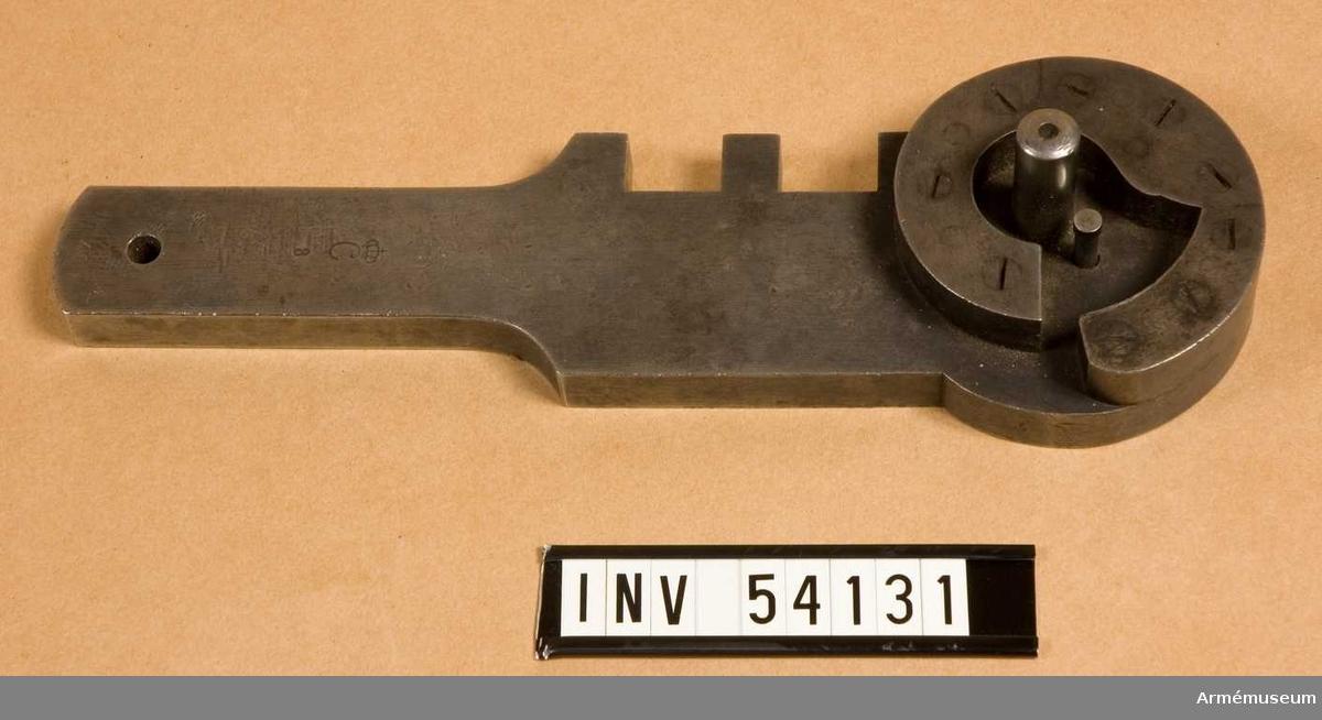 Grupp E VIII. Ingår i en sats instrument för besiktning av 10,15 mm  kammarskjutningsgevär m/1884. Satsen omfattar schampluner för hane, slutstycke, avtryckare,  släptång, lådans yttre och inre dimensioner, svansjärn och  patronläge samt gängtapp, bajonetttolk, kalibertolkar,  brillor,mynningshylsa, sikte, tolk till sikte och siktskåra, 28  tolkar till besiktning, sifferstansar, borrstål och div.  verktyg.Generalfälttygmästarexp. skr 30/6 1906 nr 1686.