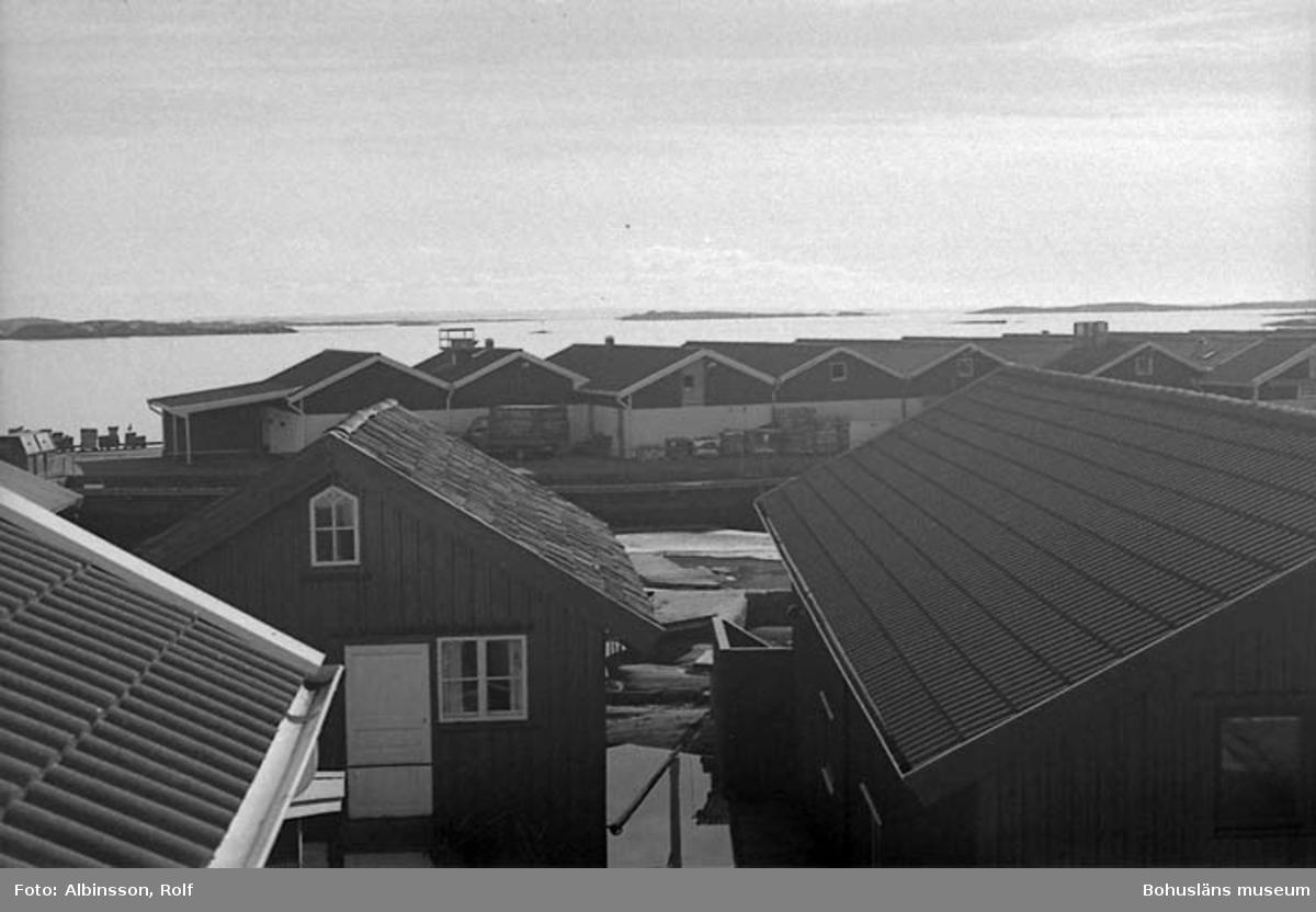 """Enligt fotografens noteringar: """"Nu går jag till """"Båssmans hus och sätter mig på balkongen för att njuta av vårsolen några ögonblick. Resan är över, allt gick bra. """"  Fototid: 1996-03-07."""