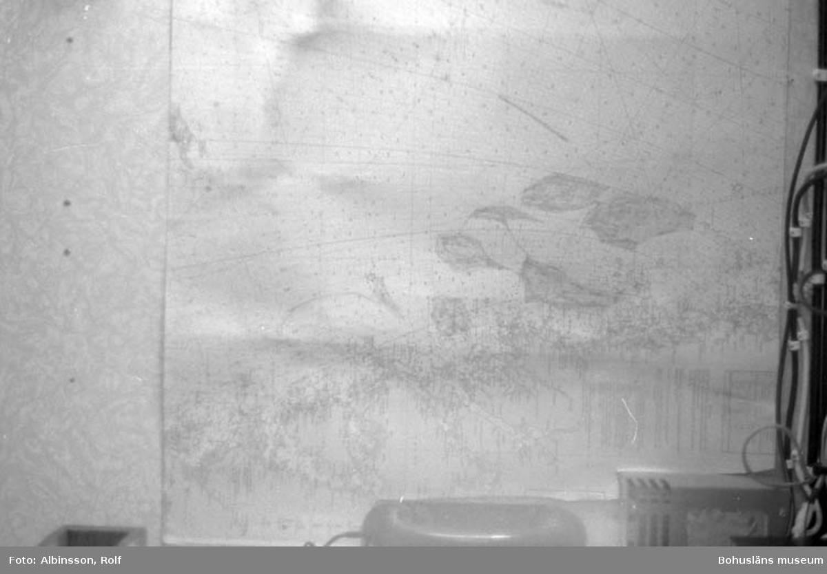 """Enligt fotografens noteringar: """"Ärans sjökort som visar var man trålar. På 720 pekar Erling Larsson.""""  Fototid: 1996-04-03.  1996-04-04.  1996-04-05."""