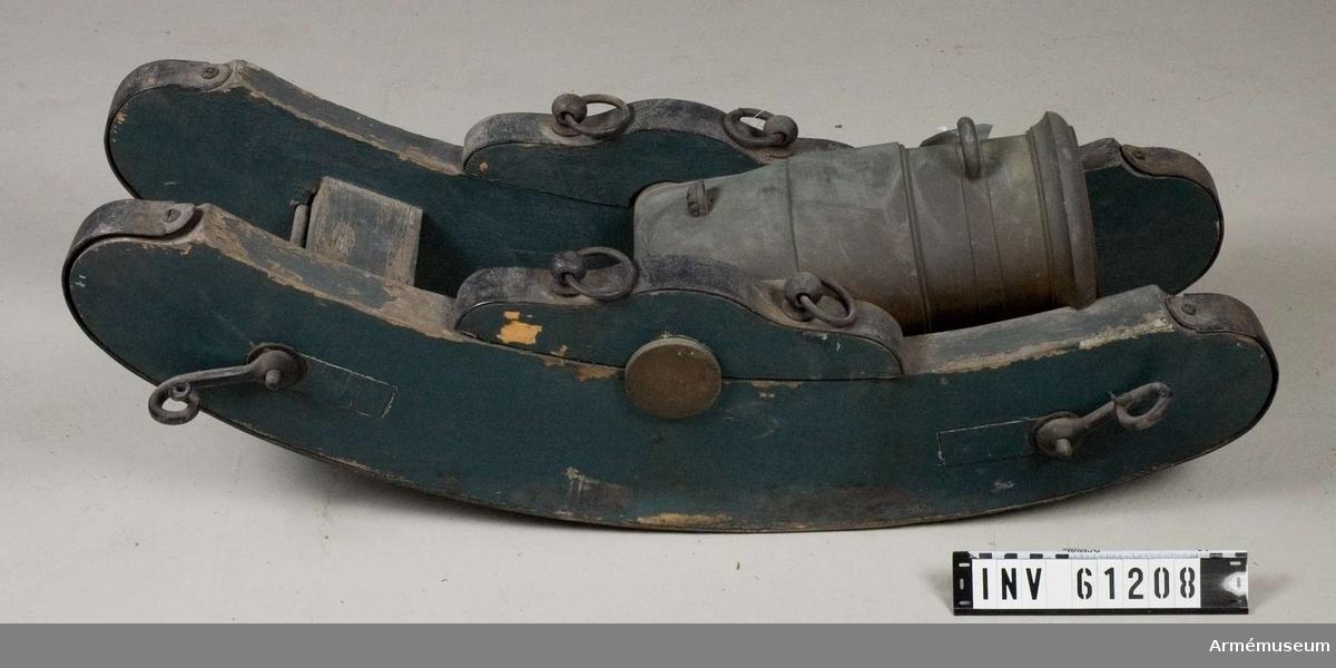 Grupp F I.                       Enligt uppgifter ur kapten F A Spaks katalog av år 1888 Mörsaren är av metall. Märkt No 2. 6. L: 14 ½ M.Mörsaren är placerad på den i AM 61413 omnämnda föreställarens  förlängda tistelarm.