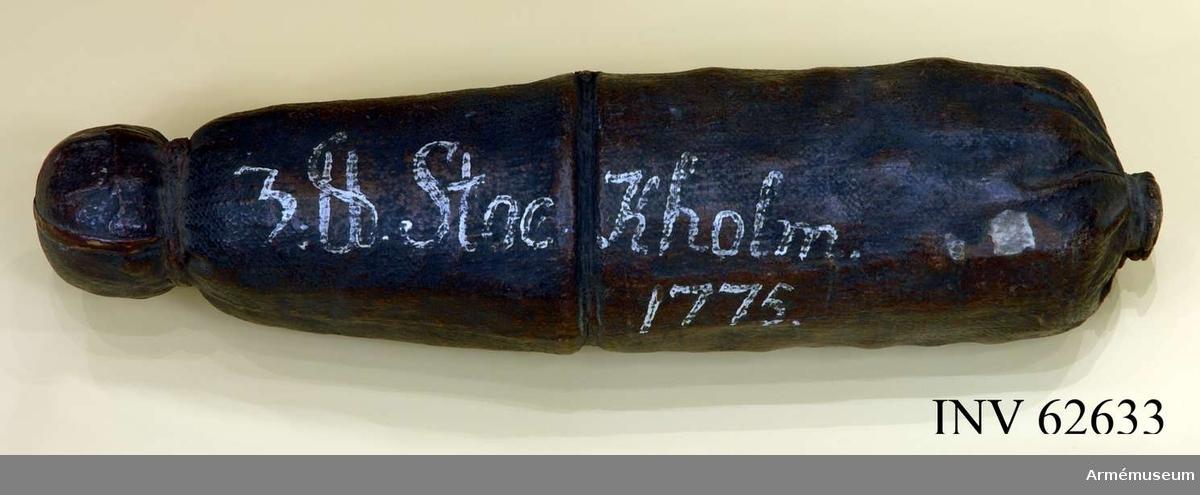 """Grupp F II.  Med 32 muskötkulor, märkt """"3-p Stockholm 1775"""". Kardus av målad buldan. Desarmerad."""