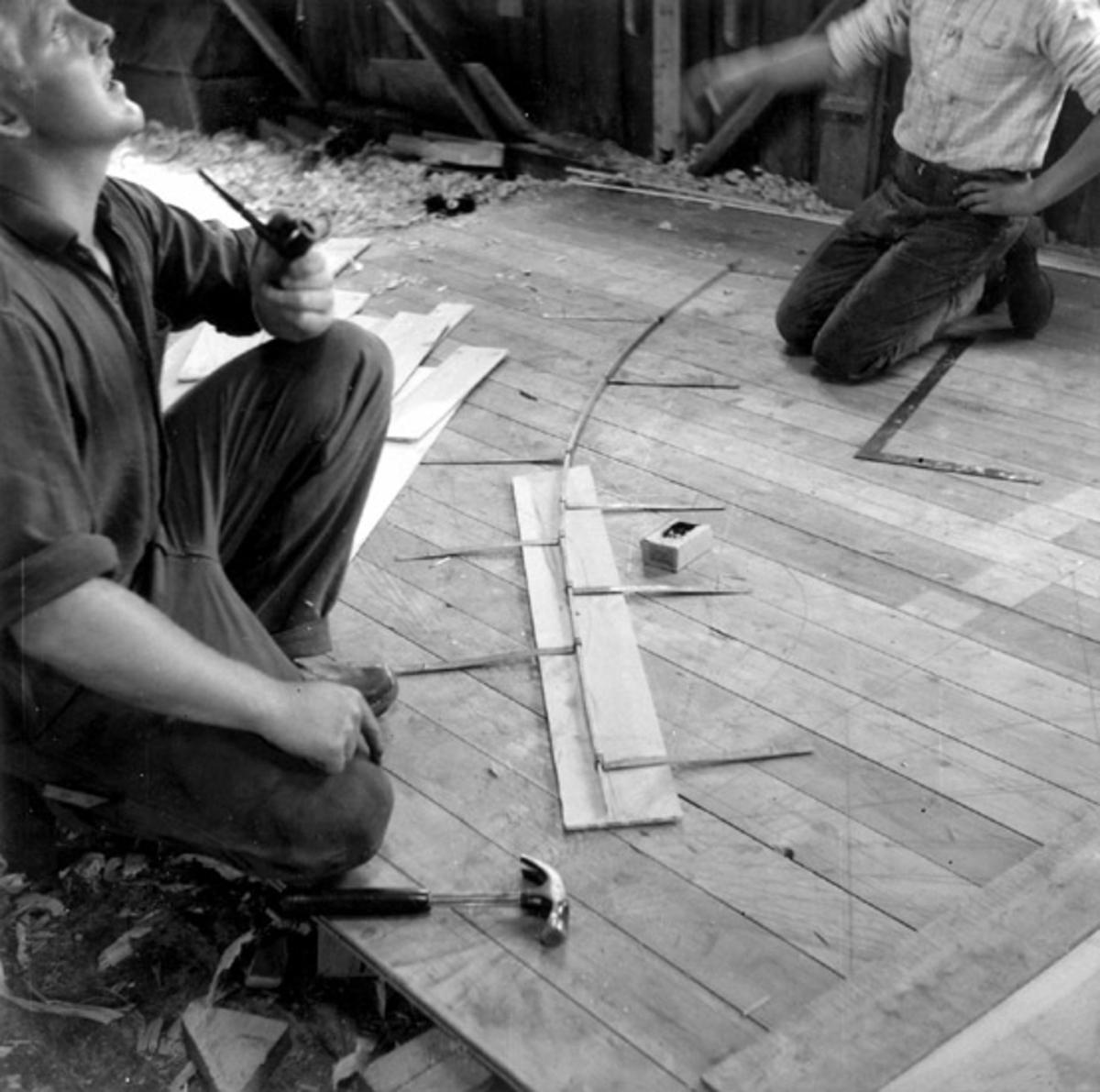 Skrivet på vidhängande papper: Spantformen överförs från traekstok till mallbräda. Fotograferat av: Ole Crumlin - Pedersen Fotot är taget: 1964-08-05