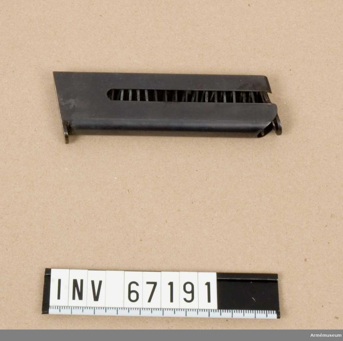 Till halvautomatisk pistol m/1907. System Browning. Magasinet rymmer sju stycken patroner.