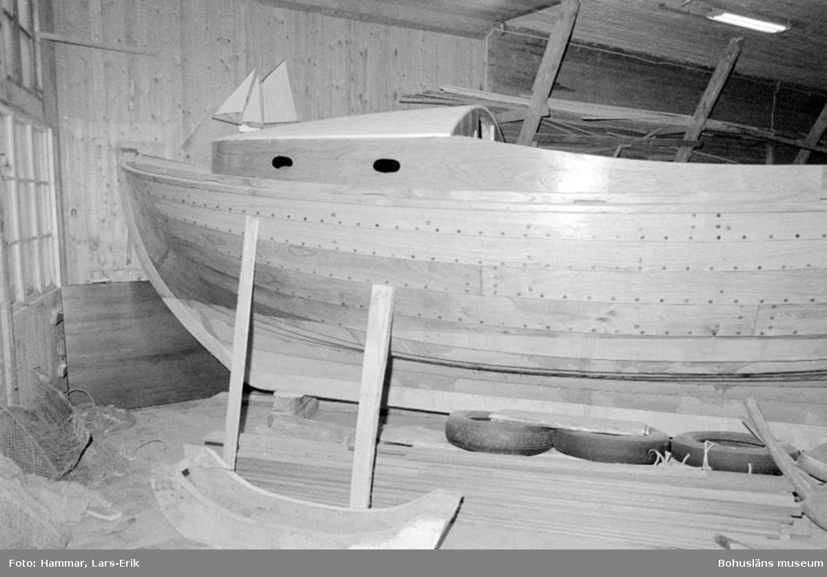 """Motivbeskrivning: """"Båtbyggare Gösta Johansson, Kungsviken, Orust."""" Datum """"19780906"""""""