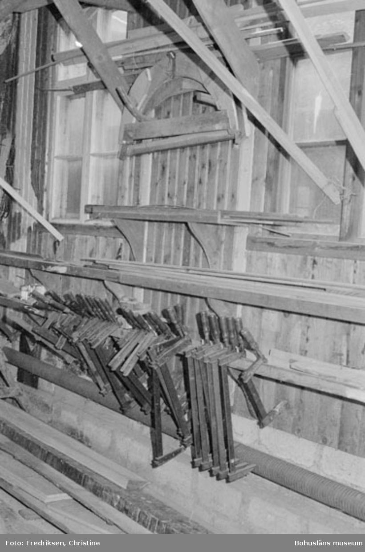"""Motivbeskrivning: """"Bröderna Karlssons varv, interiör från den senaste uppförda båtbyggarverkstaden. På bilden syns skruvtvingar."""" Datum: 19800711 Riktning: Nö"""