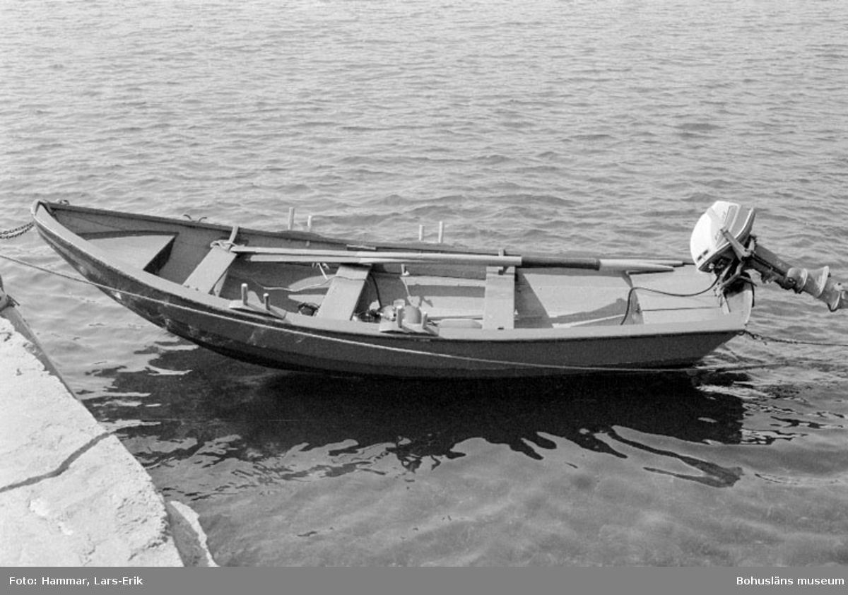 """Motivbeskrivning: """"Eka (plastad?) byggd av Karl johansson eller Johan Jonasson (Karl Johanssons far). Bilden tagen vid f.d varv i Skredsvik, Bottnafjorden (se Bb 8:14-20)."""" Datum: 19800717 Riktning: Nö"""