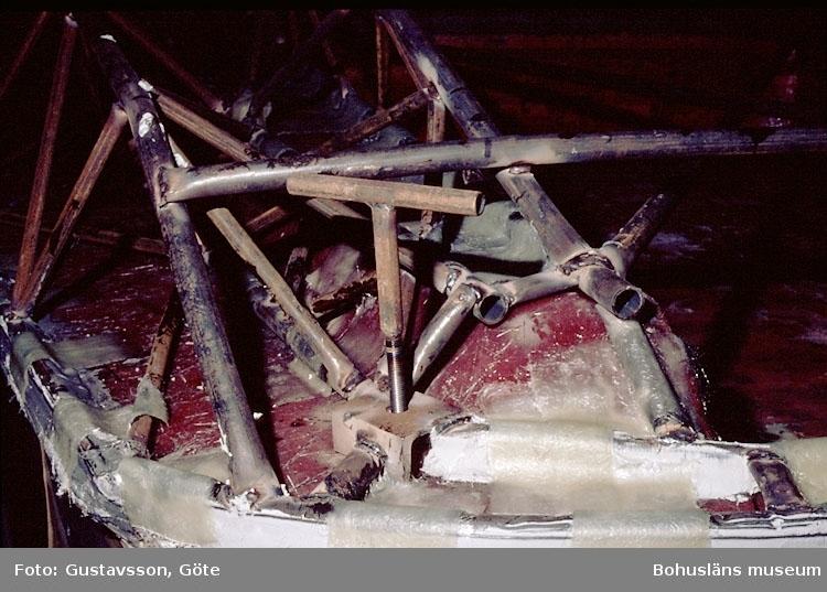 """Motivbeskrivning: """"Gullmarsvarvet, Lysekil. (fotograf: Göte Gustavsson).""""  """"Detaljbild stativ och däcksform."""" Datum: 1980-10-30."""