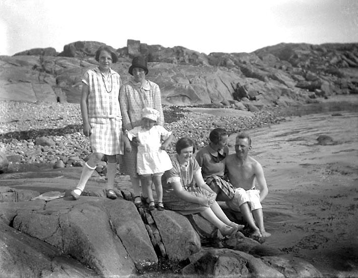 """Enligt senare noteringar: """"Bland de yttersta klipporna: Judith Johansson, Axia, gift med Karl på Ed, Anna Johansson, Vera Karlsson och Harry Moberg""""."""