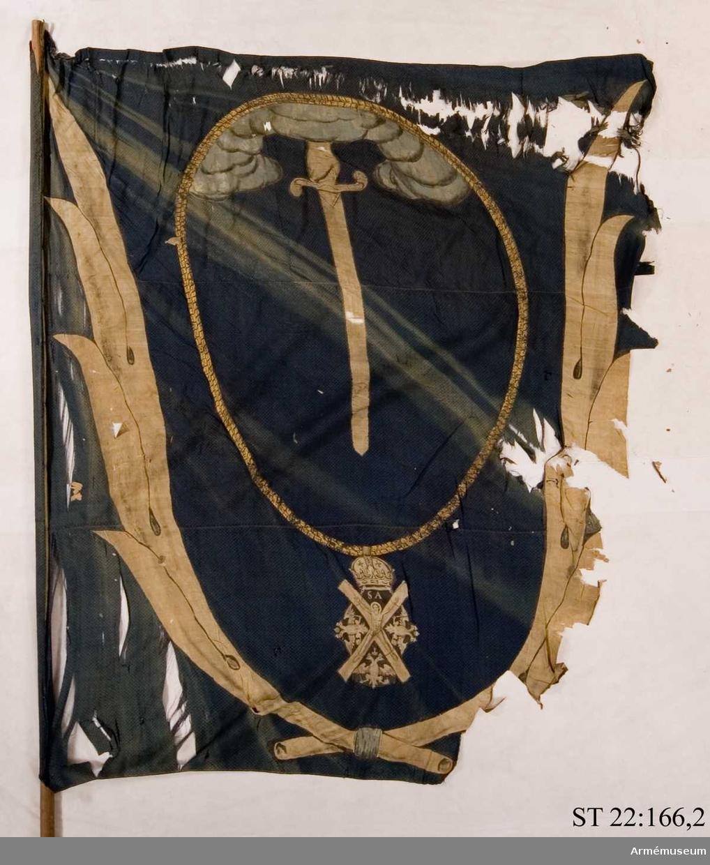 Duk av mörkblå sidendräll. Ur ett moln sträcker sig ett nedåtgående svärd. Runtom den ryska St Andreas orden i målad guldkedja. Allt inramas av palmblad i gul sidendamast. Duken saknar sin strumpa och är fäst direkt mot stången.
