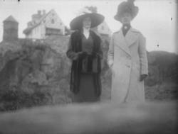 Två damer på utflykt till Tureborg