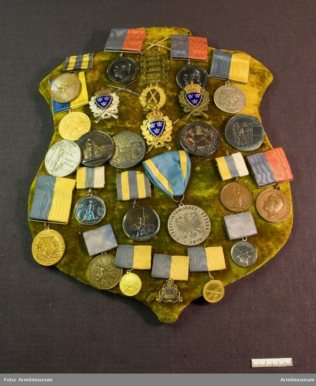"""Grupp: M II. Silvermedalj """"Riksskyttetävlingen för Hem och Härd 1903"""". Placerad på sköld klädd med sammet tillsammans med AM.085881-906."""