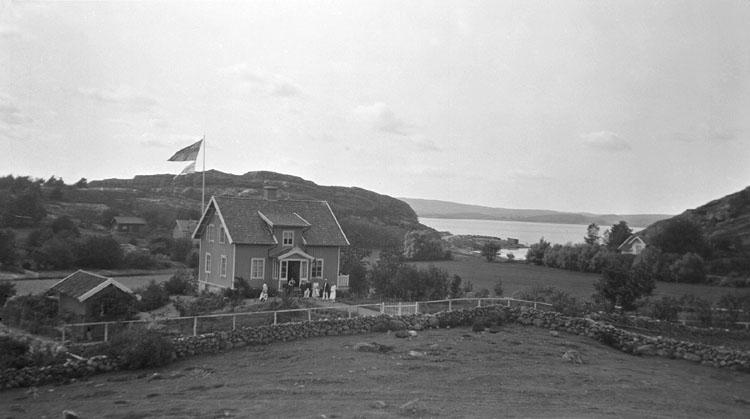"""Enligt senare noteringar: 6 April 1919. Villa """"Pojebo"""" från berget."""