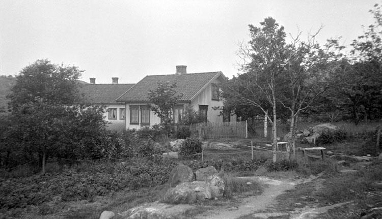 Enligt senare noteringar: 2 hus vid Dynekilen, 26 Juni 1921.