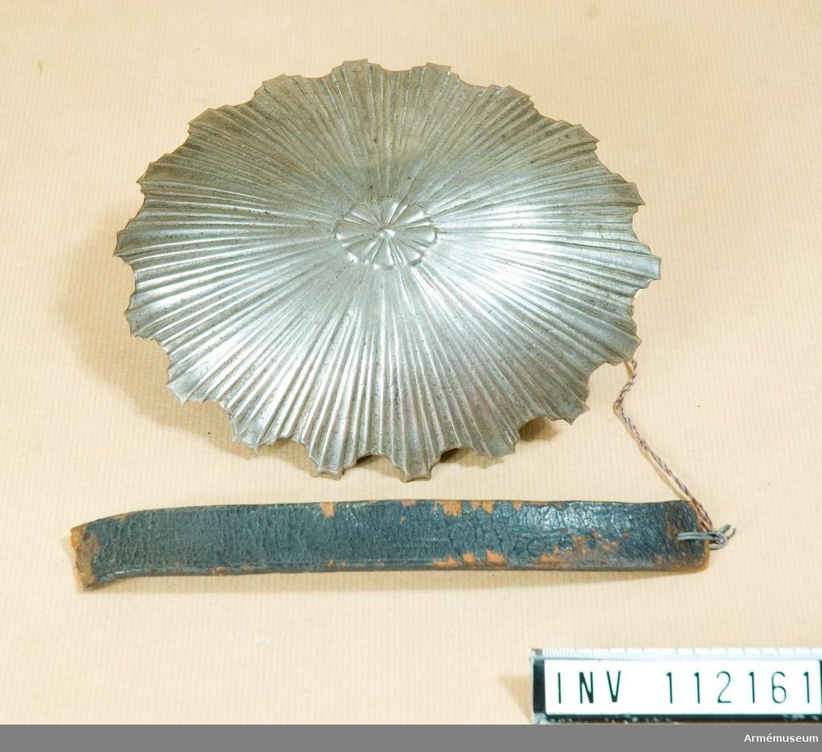 Bröstplåtrosett av vitmetall sådan den begagnades 1848-1852, till kyrass m/1825.