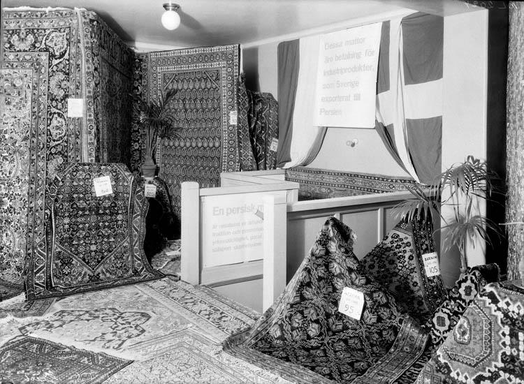 """Uppgift enligt fotografen: """"Uddevalla. Utställning. Persiska mattor. Kooperativa."""""""