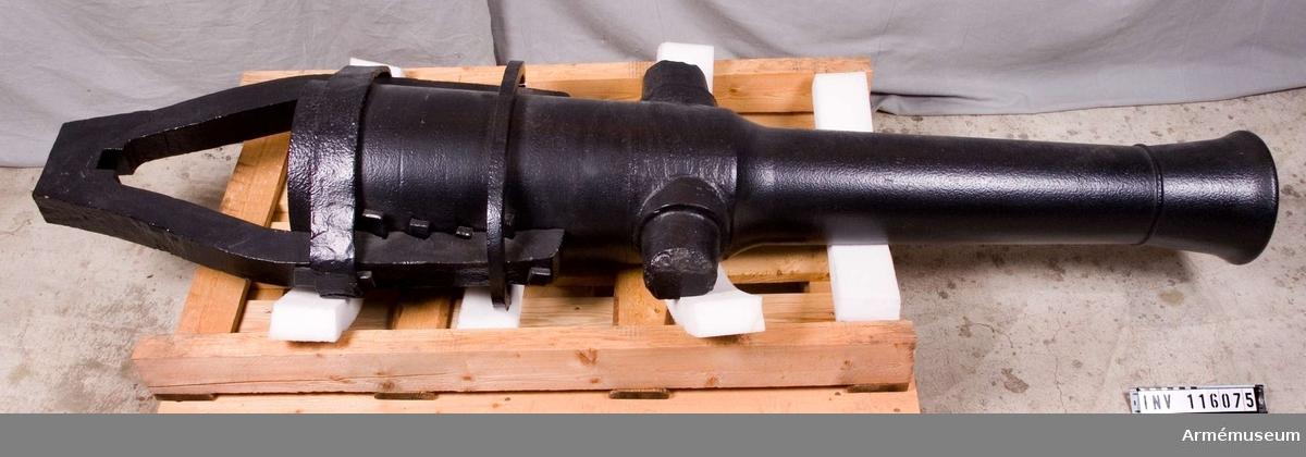 """Slätborrad bakladdningskanon, 1837. Wahrendorffs försökskonstruktion.  Höger tapp märkt """"XI"""" eller """"IX"""". Eldrörl: 1600 mm. Tappens d:  115 mm."""