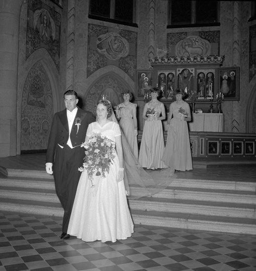 """Text till bilden: """"Brudfoto i kyrkan. (Lindström). Midsommarafton. 1955"""""""