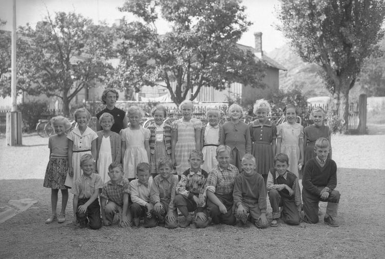 """Text till bilden: """"Lysekil. Lysekils Folkskolor. Skolklass. Fru Grafström. 1954"""""""