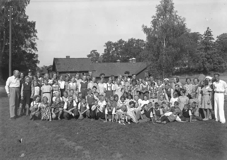 """Text till bilden:""""Ungdomar på IOGT läger""""."""