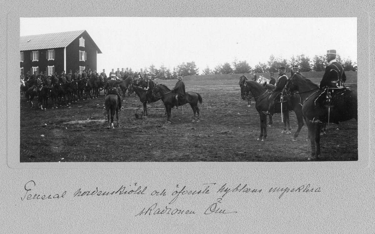 General Nordenskjöld och överste Nyblaeus inspekterar en beriden trupp ur Livregementets husarer K 3.