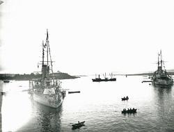 Krigsskip på havna.
