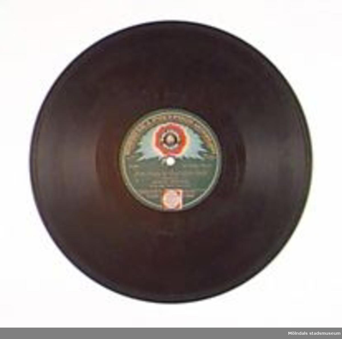 """""""Hammarforsens brus """" (Brännlund) Vals spelad av """"Stjärntrion""""""""Från Frisco till Cap"""" (Ernst Rolf) Sjömansvals spelad av  """"Stjärntrion"""" (Ernst Rolfs Musikförlags A/B). Märkt """"S49049R S49050 1434 at 1436 at Made in Germany.Repad.Förvaras i MM01476 (skivalbum).Denna grammofonskiva som också kallades för stenkaka, tillverkades av konstharts (plast gjord på kåda) och skiffermjöl (eller annat fyllnadsmjöl)."""