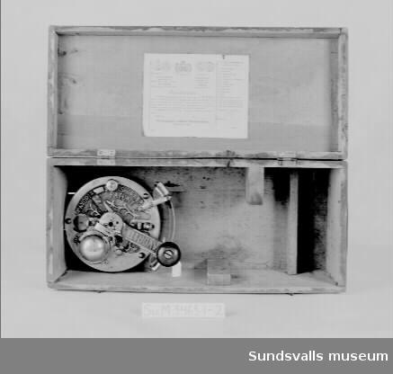 Stickmaskinen 'Favorit' i trälåda, SuM 3463:1, som betsats i rödbrunt. I lådans lock sitter en garantisedel fastklistrad på vilken man bl.a. kan läsa att maskinen är såld den 22 juli 1916. Maskinen består av flera delar som monteras ihop. I lådans bottens sitter själva maskinen med sina ledarskivor, SuM 3463:2,  fastmonterad med text och växtornament i relief på locket. Texten lyder 'FAVORIT SVENSKT FABR PATENT.'SuM 3463:3 en sk. ståndör som skall skruvas fast på stadigt underlag. På ståndören (eller ståndaren) skall sedan maskinen sättas upp. SuM 3463:4 en uppläggningskorg träs omkring ståndaren. SuM 3463:5-7 vikter som hänges i korgens underkant. SuM 3463:8-9 nålar. SuM 3463:10-11 spolar i trä. SuM 3463:12 pappersetui innehållande två  rengöringsborstar och små metallkomponenter. SuM 3463:13 en rund metallplatta med skåror. SuM 3463:14 bruksanvisningshäfte. Enligt garantisedeln skall fler delar än dessa ingå i maskinen, t.ex. oljekanna, mejsel och tång.
