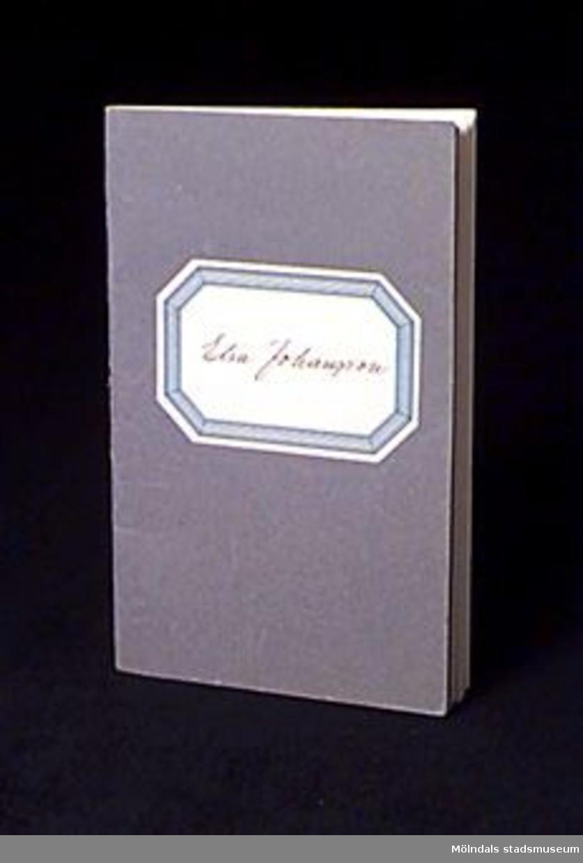 """Häfte med blå pappärmar, påklistrad blåvit etikett med handskriven text: """"Elsa Johansson"""". Innehåller födelseuppgifter och anteckningar om en anställning hos Mölnlycke Väfveriaktiebolag. Gäller när Elsa började och slutade sin anställning. Det finns tre paragrafer reglerande arbetstagarens och arbetsgivarens förhållande angående arbetsbok."""