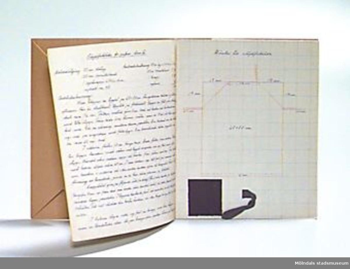 """""""Mönster-Ritbok för flickor"""" utformad av Ingeborg Mellander för årskurserna 3-5. Pärmens insida daterad 30 juni 1924. Ritboken avsedd för praktiska ungdomsskolor. Första bladet har tryckta broderimallar, blandat randade och rutade sidor. Fortsättningsvis har brukaren gjort egna mönster och beskrivningar till de olika uppgifterna eleverna hade att utföra. I boken finns även tygprover fastklistrade. Innehåller flera lösa mallar för olika detaljer. Inslagen i brunt omslagspapper. Häftad, varav en klammer har släppt. Samhör med 02723.Övriga uppgifter se 02643:1."""